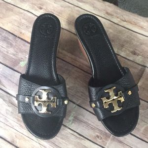 Tory Burch size 8 black leather / gold hardware